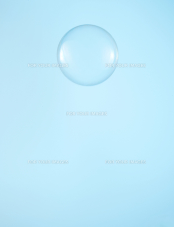 Single Water Droplet on Blue Backgroundの素材 [FYI00905136]