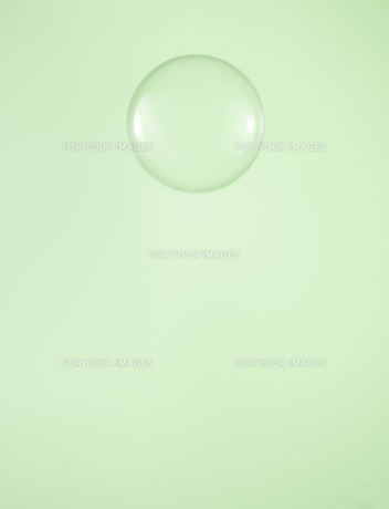 Single Water Droplet on Green Backgroundの素材 [FYI00905164]