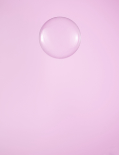Single Water Droplet on Pink Backgroundの素材 [FYI00905181]