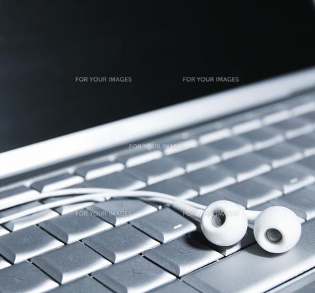 Earphones on Computer Keyboardの素材 [FYI00905254]