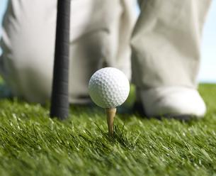 Golf Player Preparing to Hit Ballの素材 [FYI00905306]