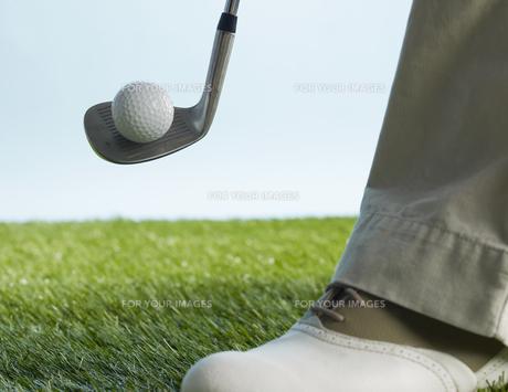 Golf Player Hitting Ballの素材 [FYI00905324]