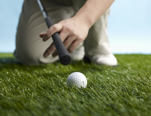 Golf Player Preparing to Hit Ballの素材 [FYI00905326]