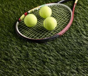 Tennis Balls on Racketの素材 [FYI00905348]