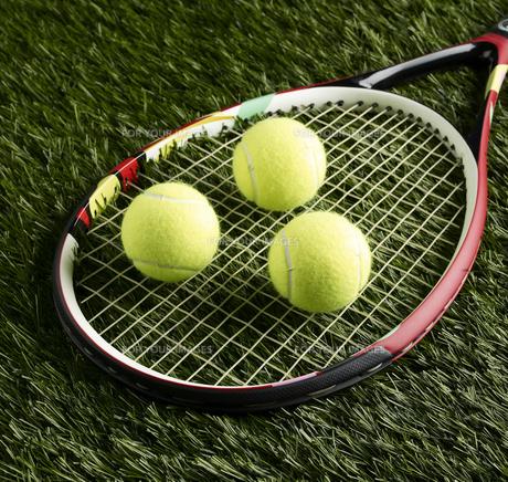Tennis Balls on Racketの素材 [FYI00905349]