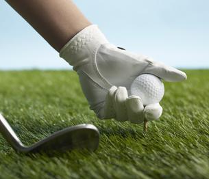 Golf Player Placing Golf Ball on Teeの素材 [FYI00905372]