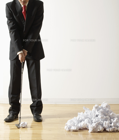 Man Playing Golf with Crumpled Paperの素材 [FYI00905402]