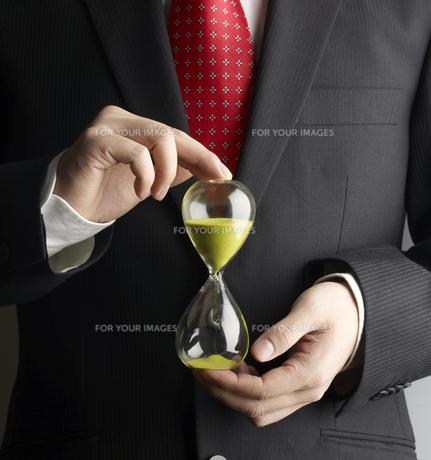 Businessman Holding Hour Glassの素材 [FYI00905425]