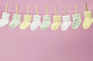 Baby Socks on Clothes Lineの素材 [FYI00905449]