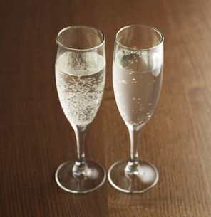 Two Glasses of Sparkling Wineの素材 [FYI00905481]