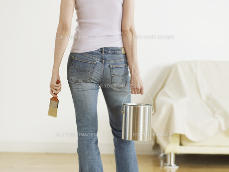 Young Woman Holding Paint Can and Brushの素材 [FYI00905763]