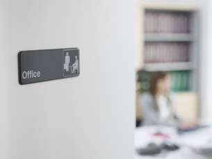 Office Sign, Office Worker in Backgroundの素材 [FYI00905764]
