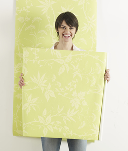 Young Woman Holding Wallpaperの素材 [FYI00905786]