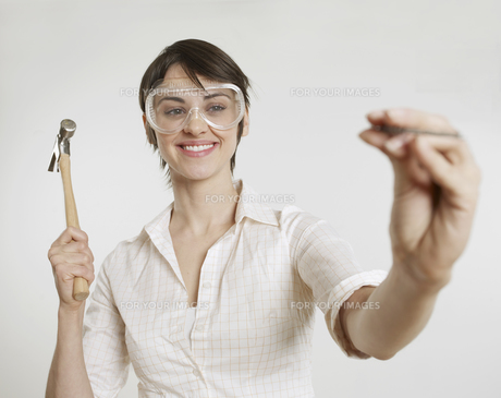 Young Woman with Goggles Holding Hammerの素材 [FYI00905790]