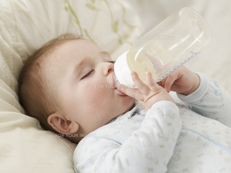 Baby Boy Sucking Milk Bottleの素材 [FYI00905810]
