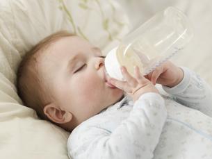 Baby Boy Sucking Milk Bottleの素材 [FYI00905810]