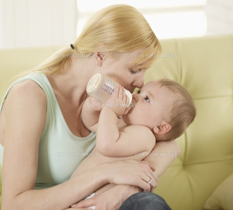 Mother Holding Baby Boy with Milk Bottleの素材 [FYI00905840]