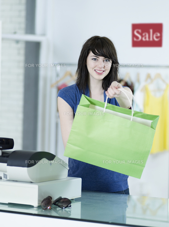 Young Woman With Shopping Bagの素材 [FYI00905846]