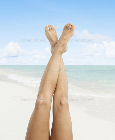 Woman's Bare Legs at Beachの素材 [FYI00905901]