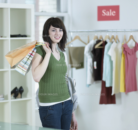 Young Woman Shopping in Clothes Storeの素材 [FYI00905906]