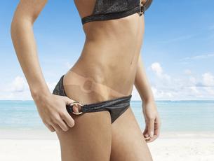 Woman Pulling Bikini Bottomの素材 [FYI00905977]
