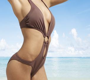 Mid-Section of Young Woman in Bikiniの素材 [FYI00905989]