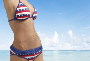 Midsection of Woman Wearing Bikiniの素材 [FYI00905993]