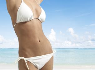 Midsection of Young Woman Wearing Bikiniの素材 [FYI00906029]