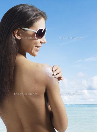 Young Woman Applying Sunscreenの素材 [FYI00906052]