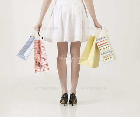 Young Woman with Shopping Bagsの素材 [FYI00906059]