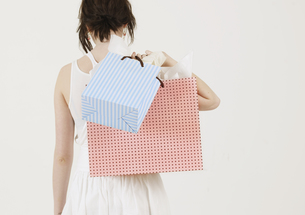 Young Woman Carrying Shopping Bagsの素材 [FYI00906060]