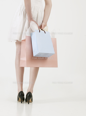 Young Woman with Shopping Bagsの素材 [FYI00906063]