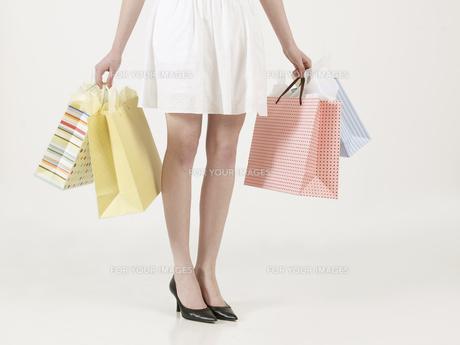 Young Woman Carrying Shopping Bagsの素材 [FYI00906075]