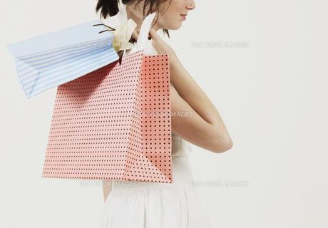 Young Woman Carrying Shopping Bagsの素材 [FYI00906099]