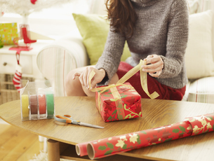 Woman Wrapping Christmas Presentsの素材 [FYI00906189]