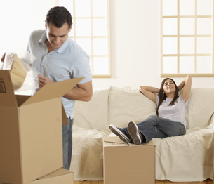 Mid-Adult Couple Unpacking Boxesの素材 [FYI00906221]