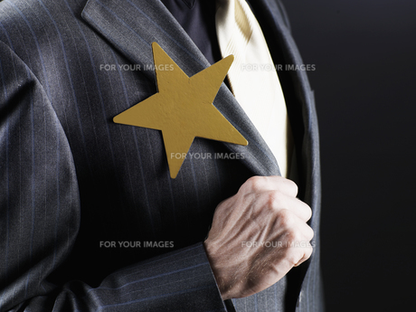 Star Shaped Brooch on man's Jacketの素材 [FYI00906395]