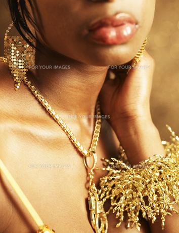 Young Woman Wearing Golden Necklaceの素材 [FYI00906462]