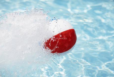 Beach Ball Splashing Waterの素材 [FYI00906576]