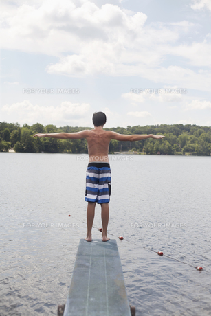 Rear View of Teenage Boy on Diving Boardの素材 [FYI00906577]