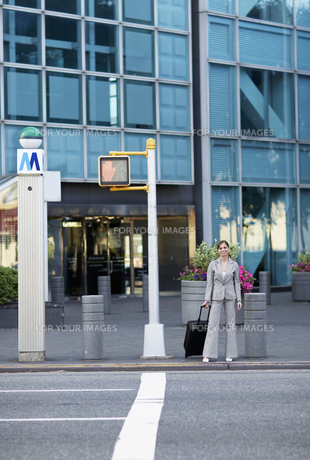 Mid-Adult Businesswoman Waiting to Cross the Streetの素材 [FYI00906755]