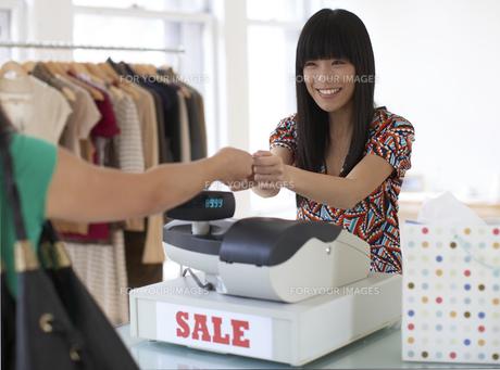 Sales Clerk Receiving Paymentの素材 [FYI00906890]