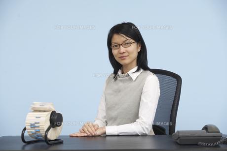 Smart Mid-Adult Woman Sitting at Deskの素材 [FYI00907077]