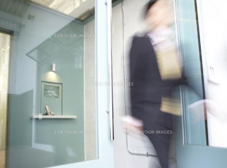 Businessperson Wakling Through Doorの素材 [FYI00907141]