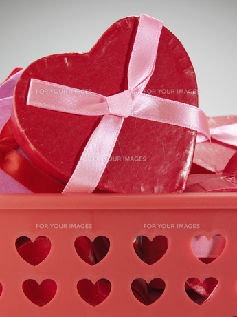 Close-Up of Heart Shaped Gift Boxの素材 [FYI00907158]