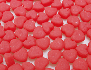 Close-Up of Red Heart Shaped Candiesの素材 [FYI00907191]