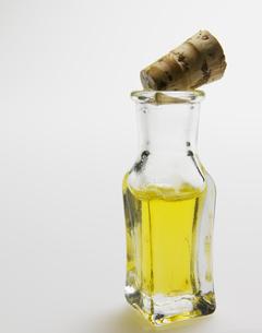Single Bottle of Aromatherapy Oilの素材 [FYI00907196]