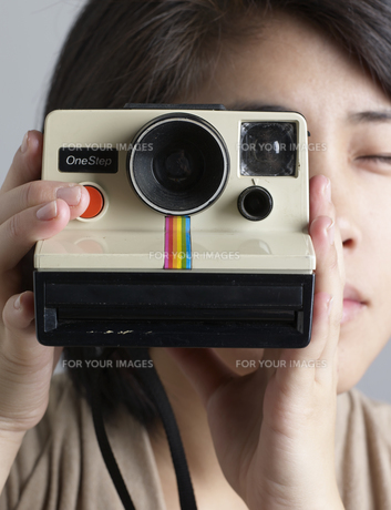 Close-Up of Woman Using Instant Cameraの素材 [FYI00907216]