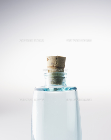Close-Up of Single Glass Bottle with Corkの素材 [FYI00907222]