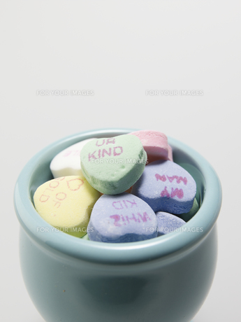 Bowl of Heart Shaped Candiesの素材 [FYI00907230]